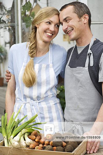 Ein Mann und eine Frau kultivieren.
