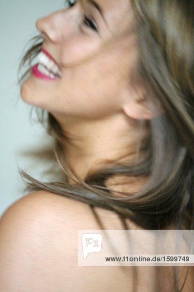 Nahaufnahme des jungen Frau lächelnd Nahaufnahme des jungen Frau lächelnd