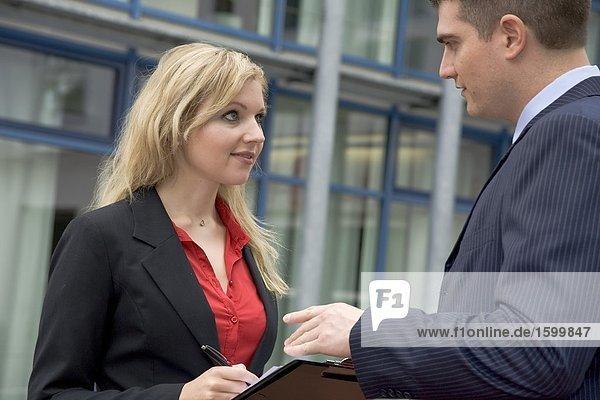 Geschäftsfrau Taking Diktat von Kaufmann