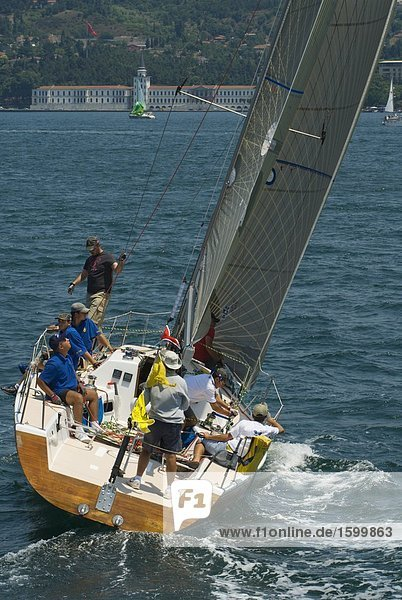 Gruppe von Menschen auf Reisen auf Boot  Bosphorus  Istanbul  Türkei