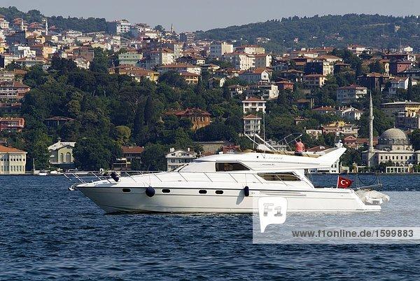 Boot in Notlage mit Gebäuden im Hintergrund  Bosphorus  Istanbul  Türkei