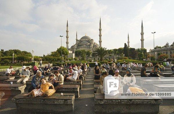 Touristen in der Moschee  Blaue Moschee  Istanbul  Türkei