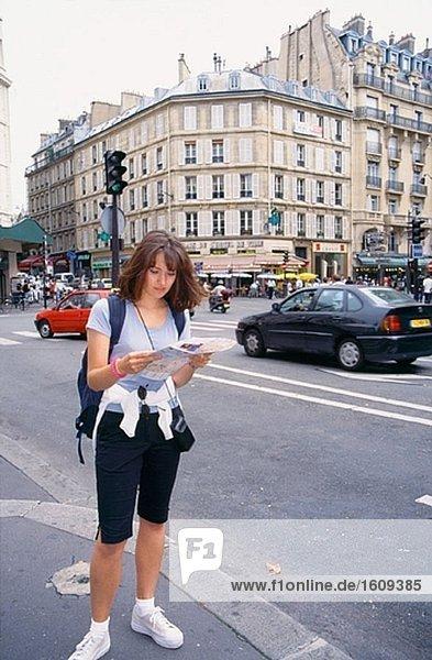 Weibliche touristische Karte betrachten. Paris. Frankreich