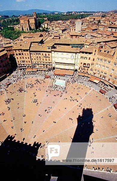 Piazza del Campo mit Schatten der Torre del Mangia. Siena. Italien