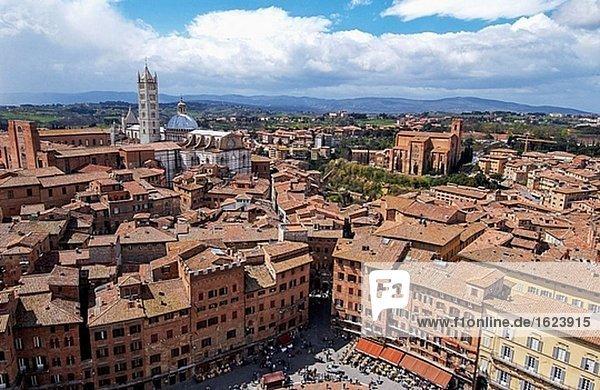 Piazza del Campo mit Dom auf der linken Seite und Kirche San Domenico auf der rechten Seite. Siena. Toskana