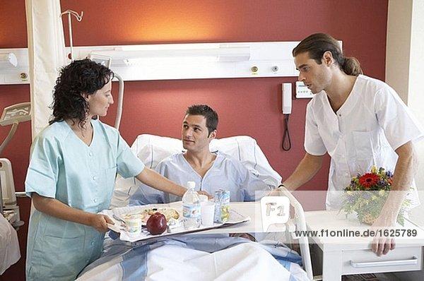 Krankenschwestern und Patienten in Krankenhausaufenthalt