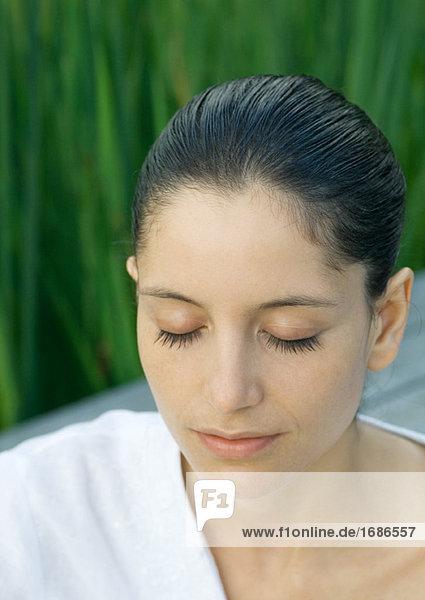 Frau mit Augen geschlossen  Kopf und Schultern  portrait