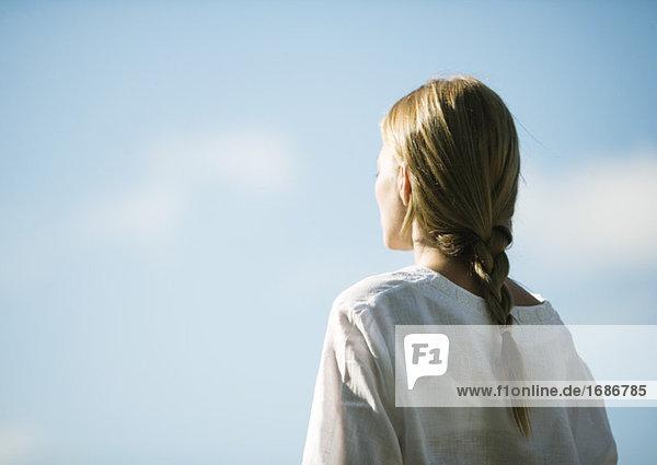 Frau mit Blick auf Himmel  Rückansicht