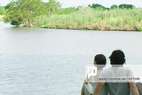 Paar See  Rückansicht sitzend