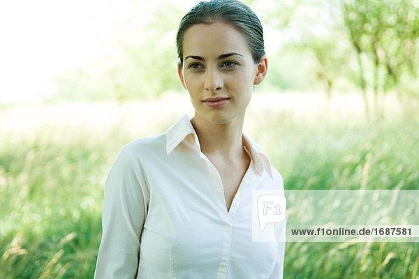 Frau stehend im Freien  Kopf und Schultern  Lächeln  portrait