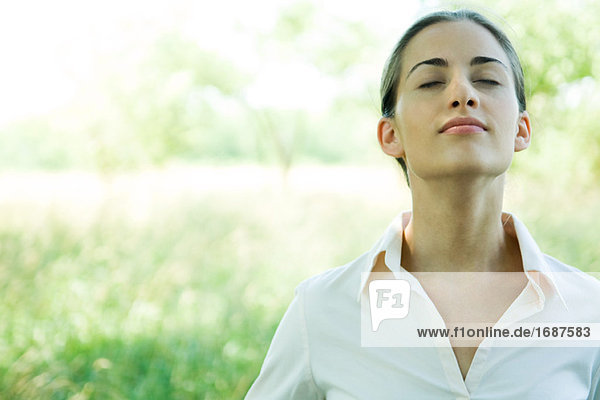 Frau im Freien  Kopf und Schultern  Kopf zurück und Augen geschlossen