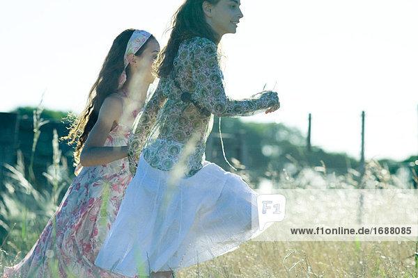 Junge Hippie Frauen im Feld ausgeführt