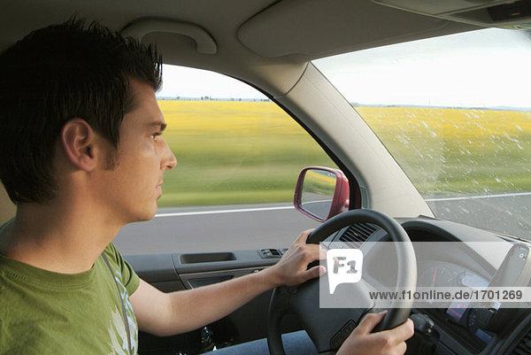 Mann fährt Auto  Seitenansicht