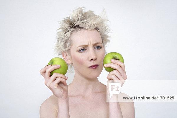 Junge Frau mit Äpfeln