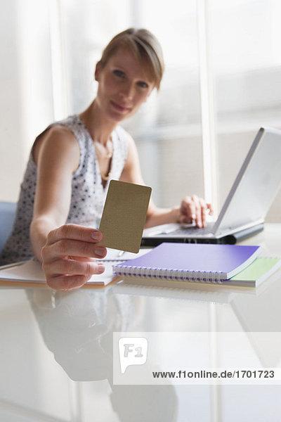 Frau mit Karte