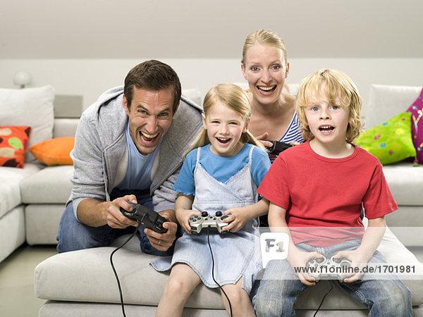 Familie spielt Compouter-Spiel