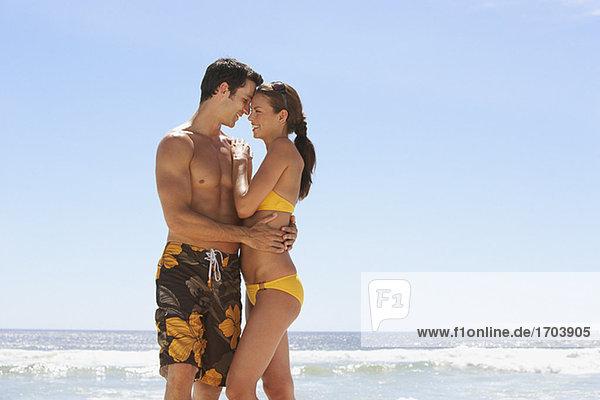 Außenaufnahme Frau Mann umarmen Badeanzug freie Natur