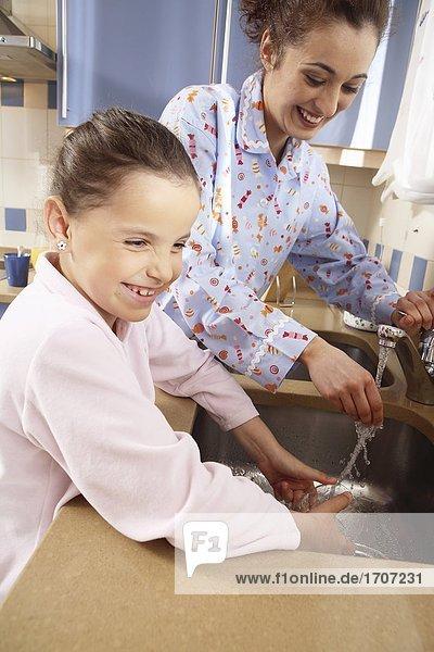 waschen Essgeschirr Tochter Mutter - Mensch