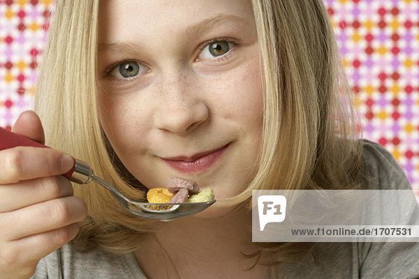 Mädchen isst Cornflakes