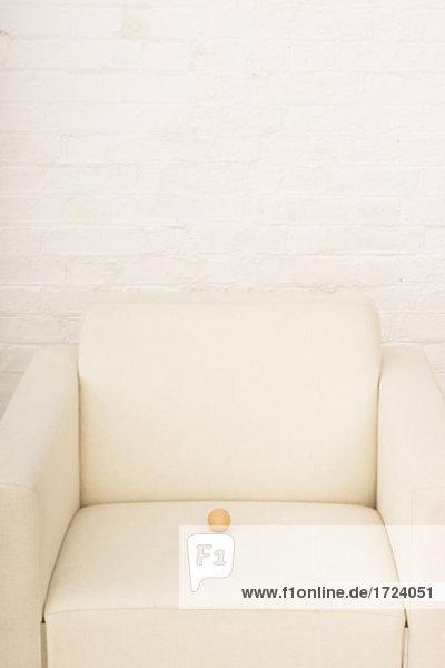 Stillleben mit braun Ei auf weiß Sessel