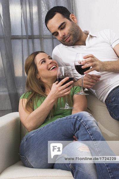 junges paar roten Wein zusammen trinken