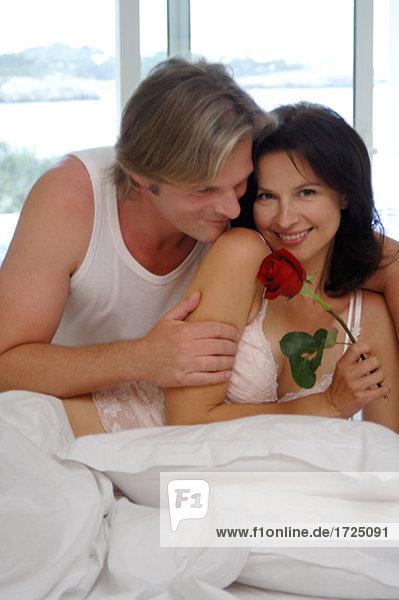 Mann mit Rose