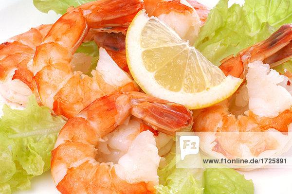Zitrone und Salatblättern