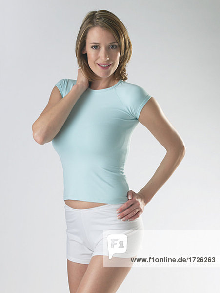 Frau mit T-Shirt und Shorts