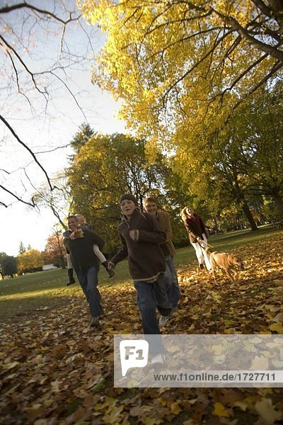Familienwanderung im Freien im Herbst