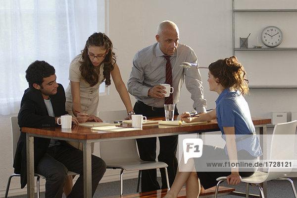 Unternehmer und Unternehmerinnen mit einem Treffen