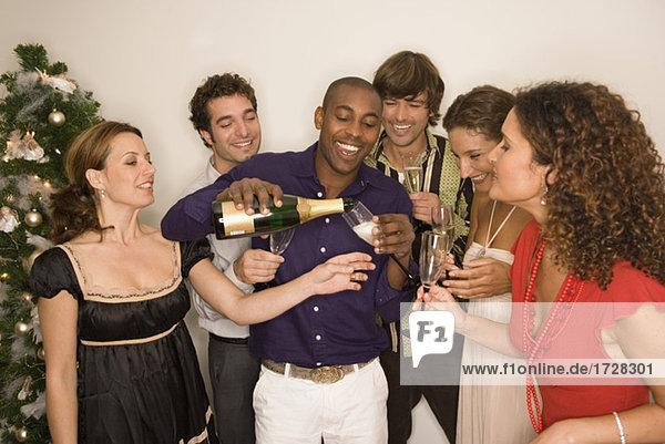Freunde einander mit Champagner Toasten