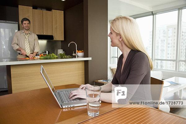 Kochen wie Frau Laptop am Tisch benutzt man