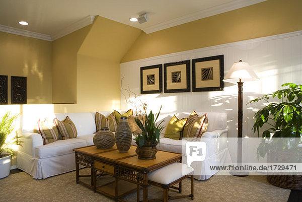 Gemütliches Wohnzimmer mit weißen Ecke Couch