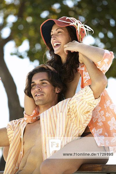 Young Hispanic paar umarmt