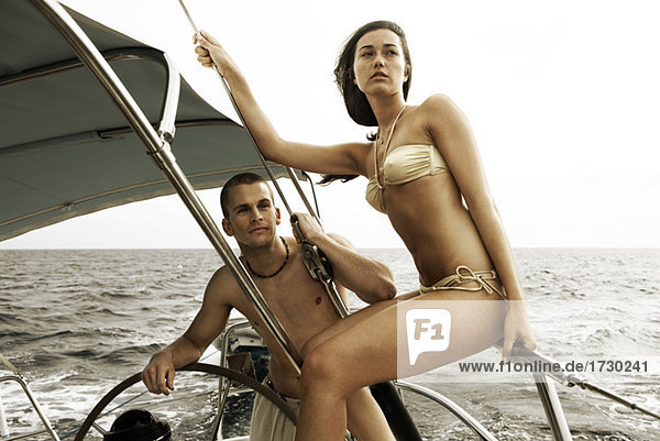 Junges paar Segelboot zusammen