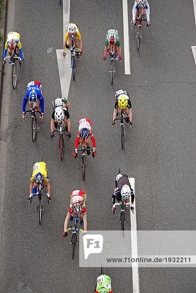 Erhöhte Ansicht der Radfahrer an Rennen teilnehmen