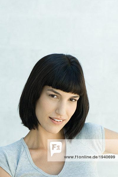 Junge Frau  lächelnd vor der Kamera  Porträt