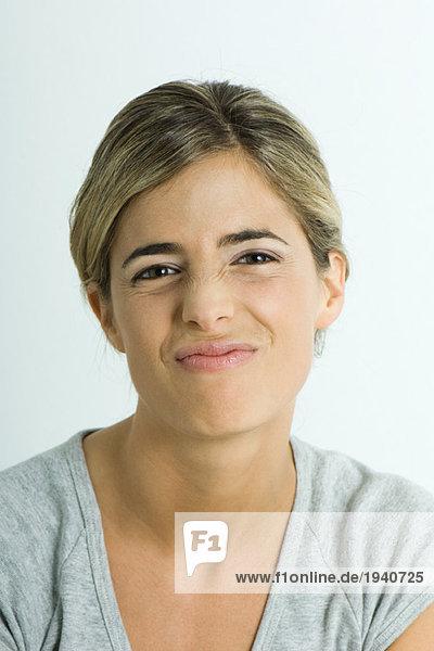 Junge Frau macht Gesicht  Porträt