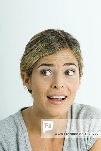 Junge Frau macht überraschtes Gesicht  Porträt