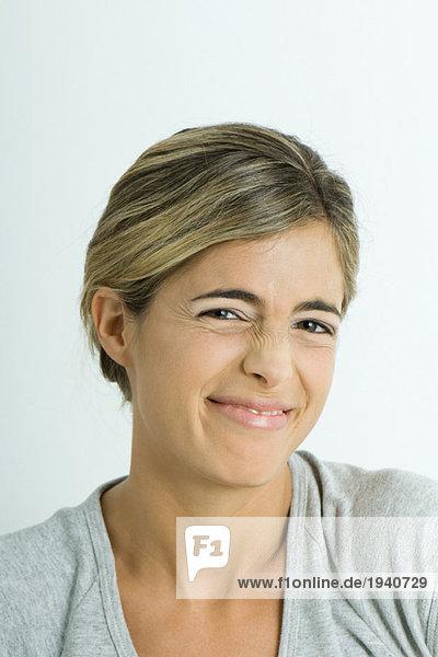 Junge Frau faltende Nase  Portrait