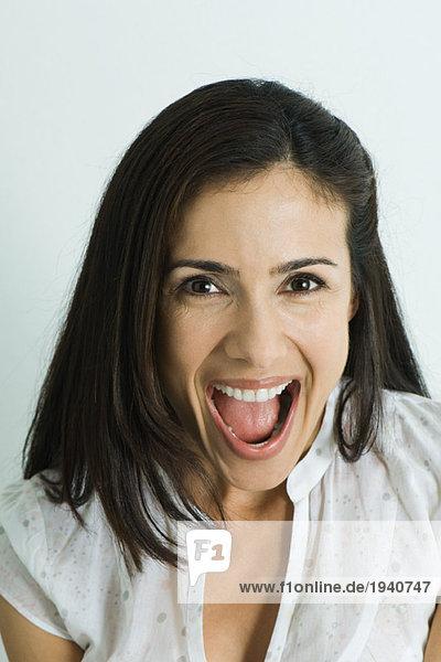 Frau  lächelnd vor der Kamera  Mund weit geöffnet  Portrait