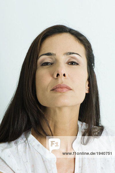 Frau blickt auf die Kamera  Porträt