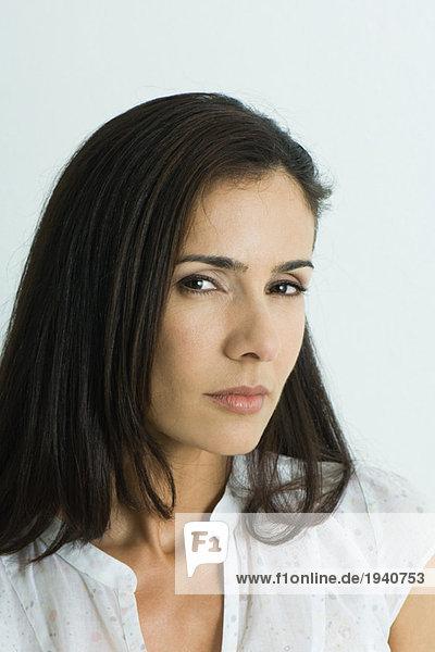 Frau mit seitlichem Blick zur Kamera  Porträt