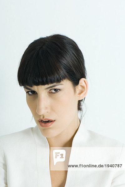 Frau mit Stirnrunzeln vor der Kamera  Porträt