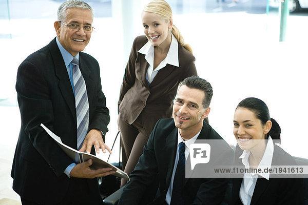 Geschäftsfreunde lächeln vor der Kamera  Gruppenportrait