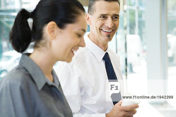 Zwei Geschäftspartner lachend