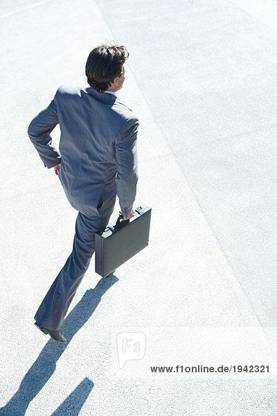 Geschäftsmann mit Aktentasche  hoher Blickwinkel