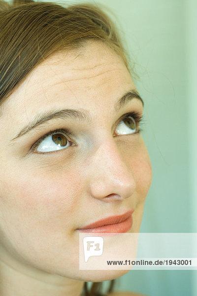 Junge Frau schaut auf  Portrait  Nahaufnahme