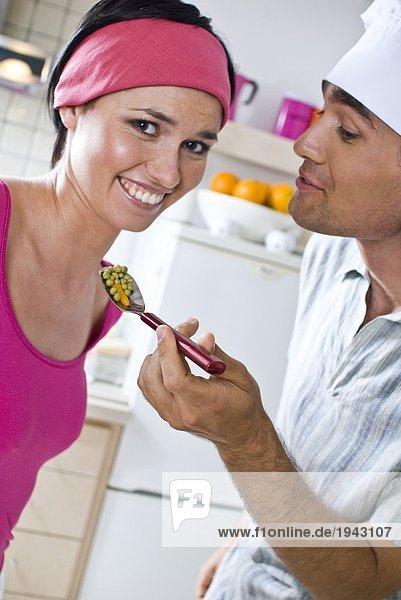 Mann Fütterung Frau mit Erbsen Salat