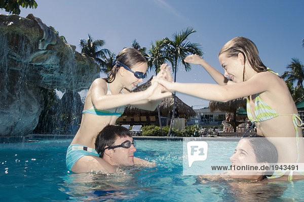 Schwimmbad spielen